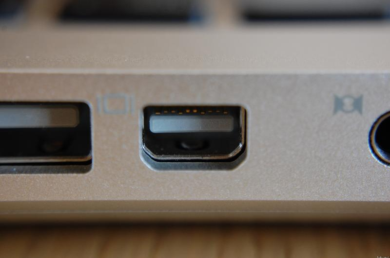 Mini_DisplayPort_on_Apple_MacBook.jpg